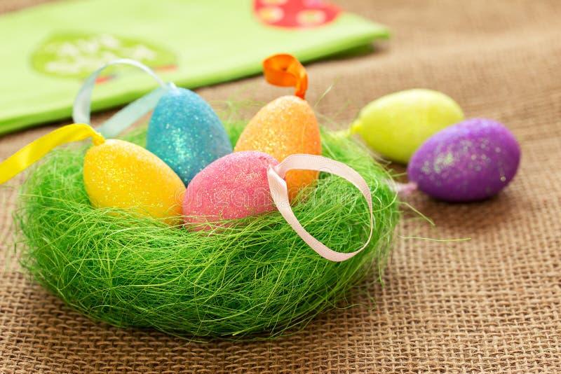复活节静物画用色的鸡蛋和餐巾 图库摄影