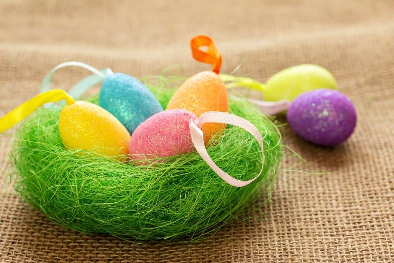 复活节静物画用色的鸡蛋 库存图片