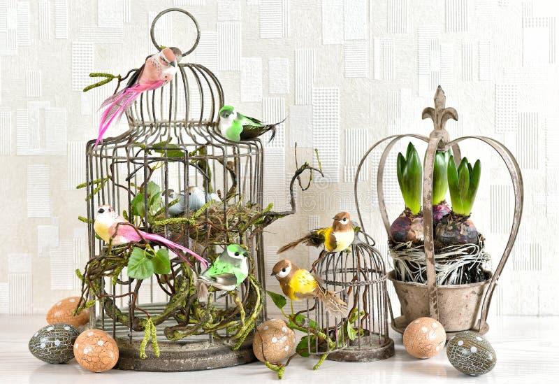 复活节静物画鸡蛋,鸟,风信花开花葡萄酒 免版税库存图片