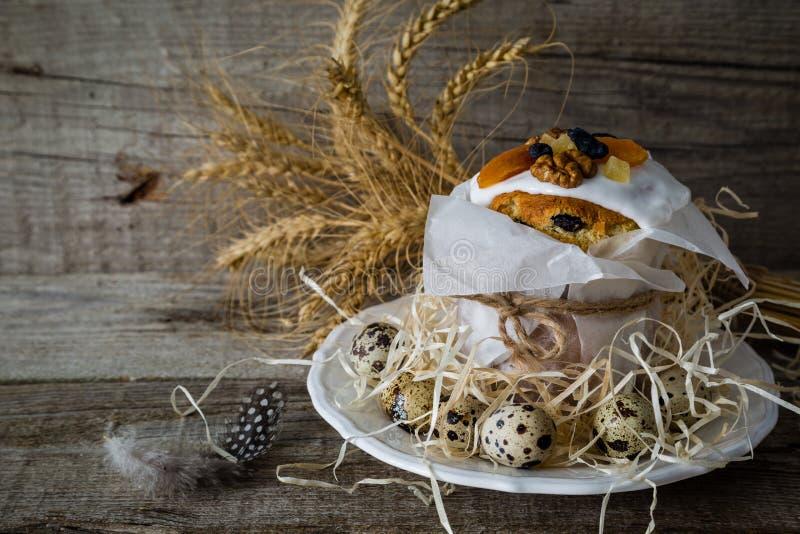 复活节结块用鸡蛋,土气木背景 免版税库存照片