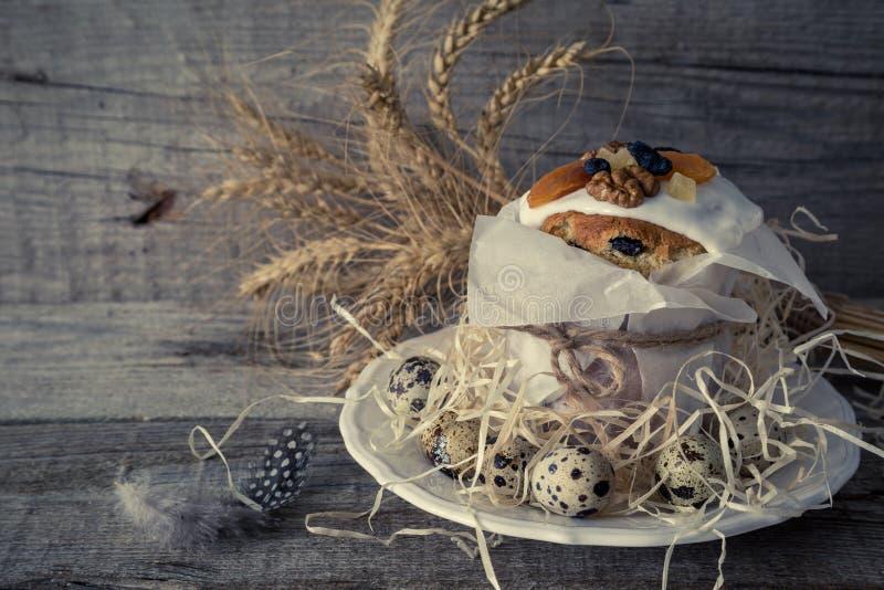 复活节结块用鸡蛋,土气木背景 免版税图库摄影