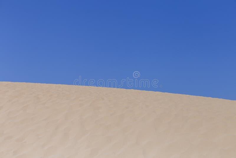夏令时在葡萄牙,天空蔚蓝背景的白色沙丘 假日和放松概念 库存图片