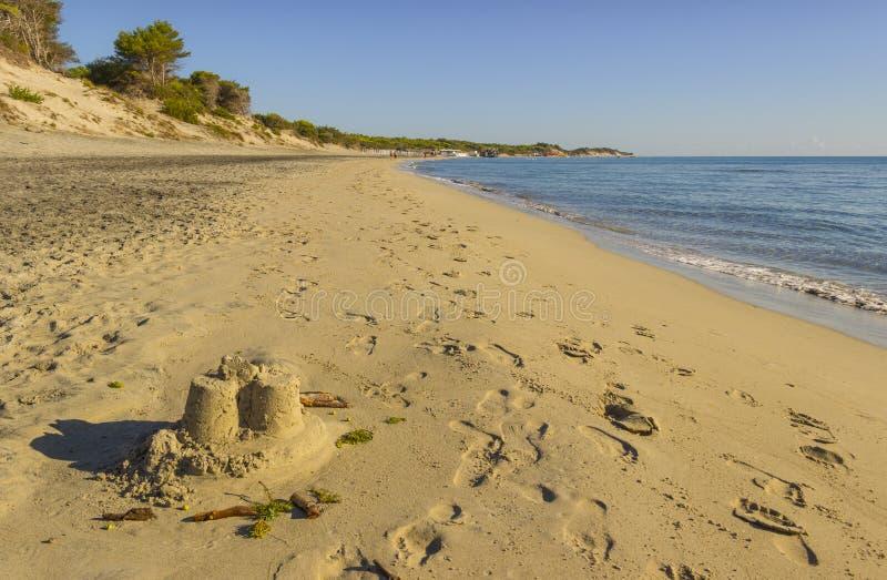 夏令时 最美丽的沙子海滩普利亚:Alimini海湾, Salento海岸意大利莱切 它是一浩大的含沙海岸protecte 免版税图库摄影