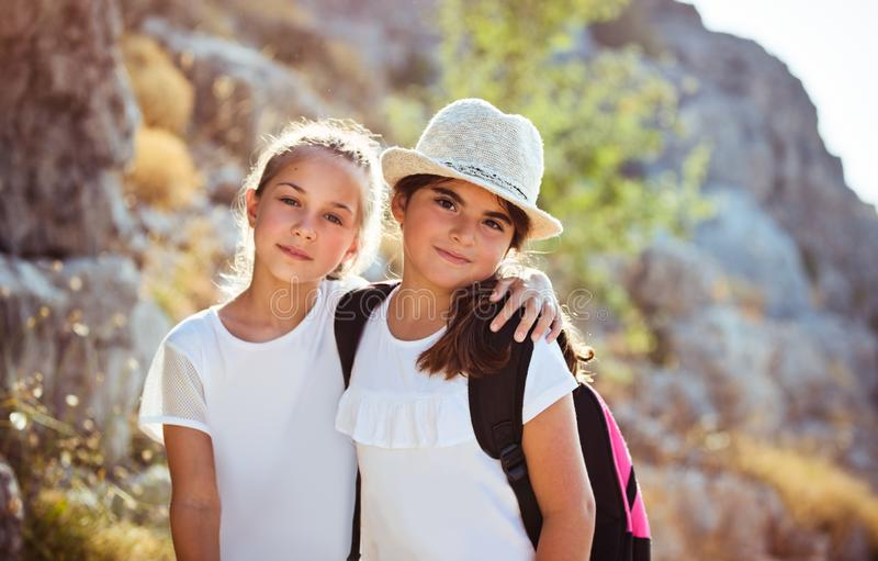 夏令营的两个愉快的女孩 库存图片