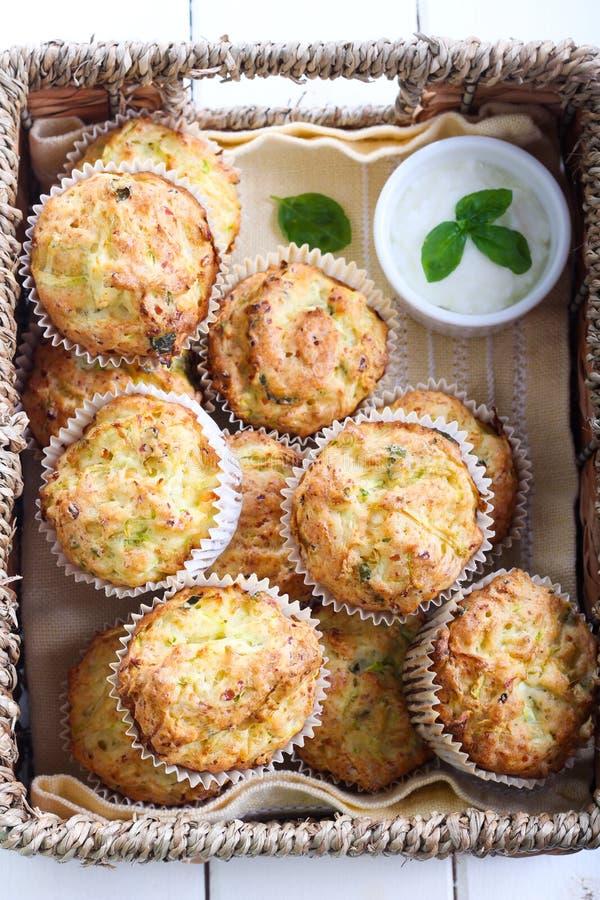 夏南瓜、草本和希脂乳松饼 库存图片