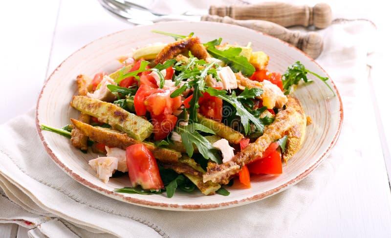 夏南瓜、鸡、蕃茄和火箭沙拉 免版税图库摄影