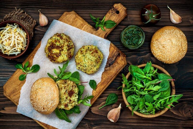 夏南瓜奎奴亚藜素食者汉堡用pesto调味汁和新芽 顶视图,顶上,平的位置 库存照片