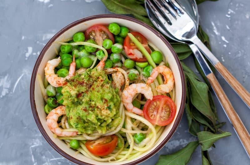 夏南瓜面团用虾和鲕梨在碗 库存图片