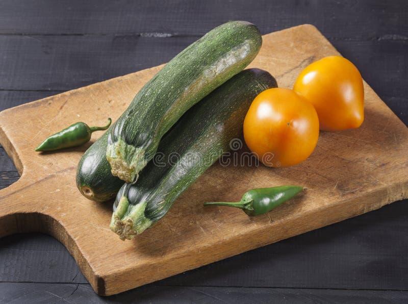 夏南瓜 在一个木板的新鲜蔬菜 r 免版税图库摄影