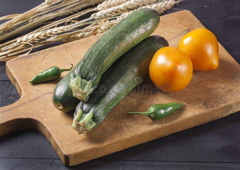 夏南瓜 在一个木板的新鲜蔬菜 r 库存照片