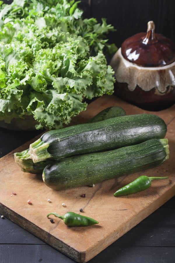 夏南瓜 在一个木板的新鲜蔬菜 r 库存图片