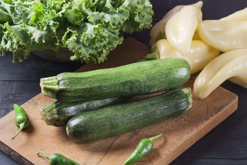 夏南瓜 在一个木板的新鲜蔬菜 r 免版税库存图片