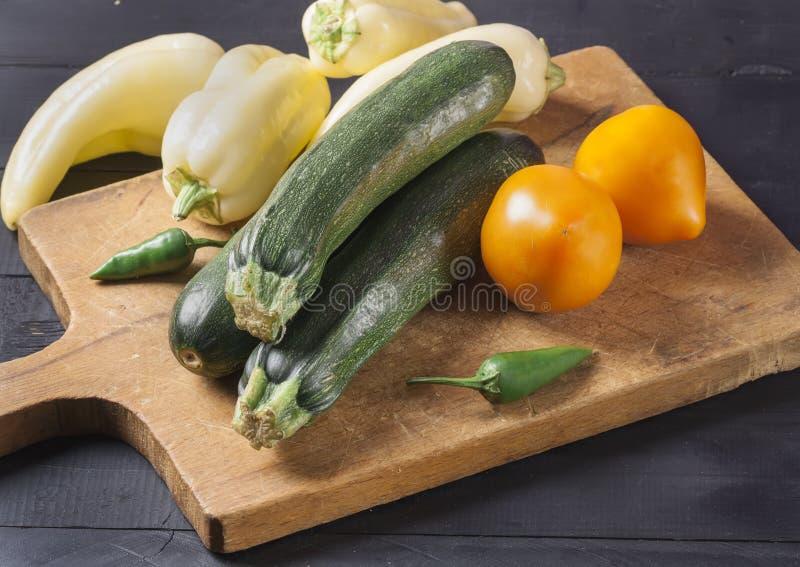 夏南瓜 在一个木板的新鲜蔬菜 r 免版税库存照片