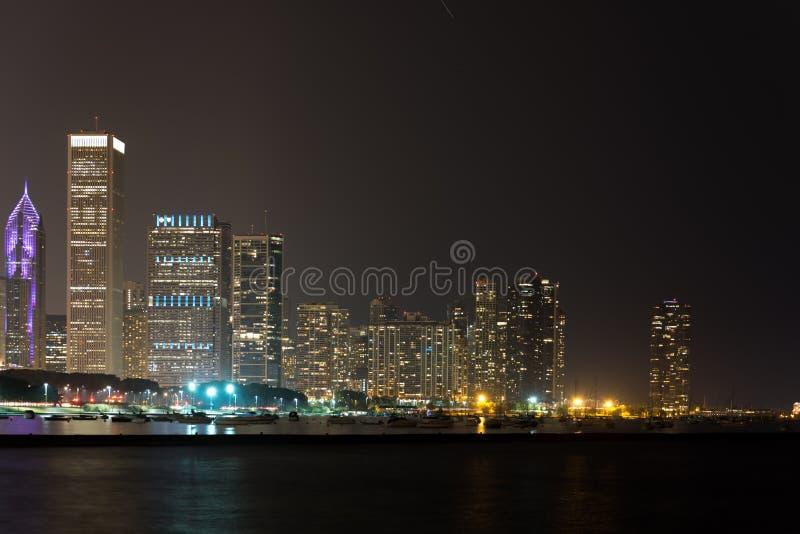 夏夜芝加哥街市地平线光  免版税库存图片