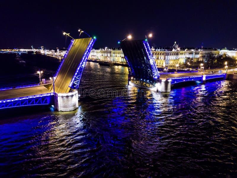 夏夜,圣彼德堡,俄罗斯 Neva河 拉长的平衡装置可移动的宫殿桥梁 俄国 图库摄影