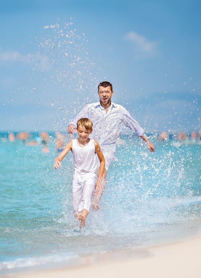 夏天、家庭和假期概念 库存图片