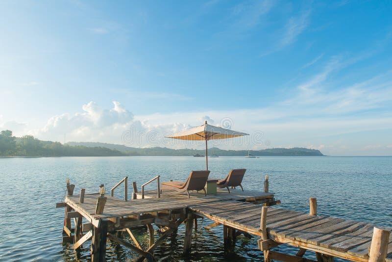 夏天、旅行、假期和假日概念-松弛sunbeds 免版税图库摄影