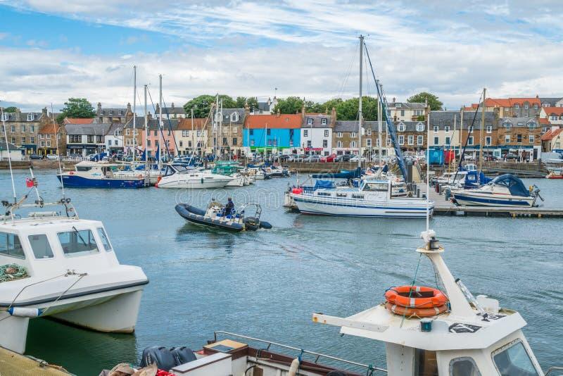 夏天下午的Anstruther港口,鼓笛,苏格兰 库存图片