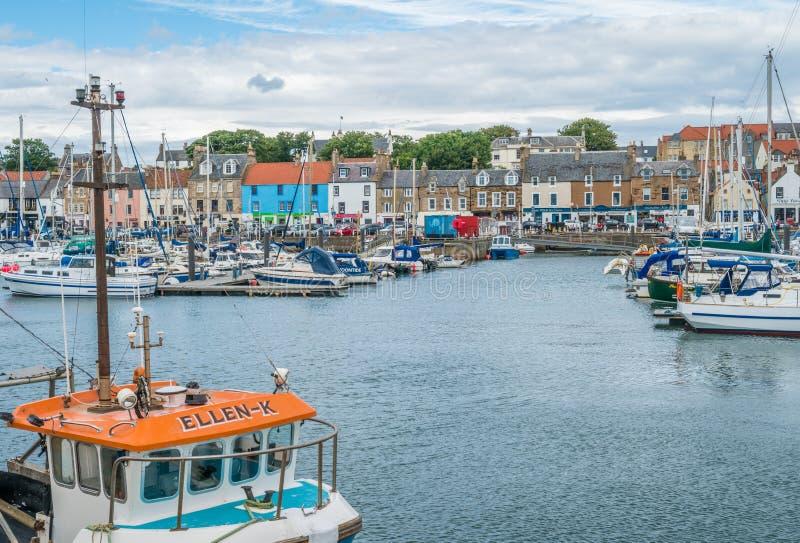 夏天下午的Anstruther港口,鼓笛,苏格兰 免版税库存照片