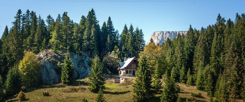 夏天与传统登上的山风景全景  免版税库存照片