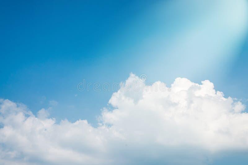 夏天与白色云彩和天堂美好的光的天空蔚蓝背景  库存照片