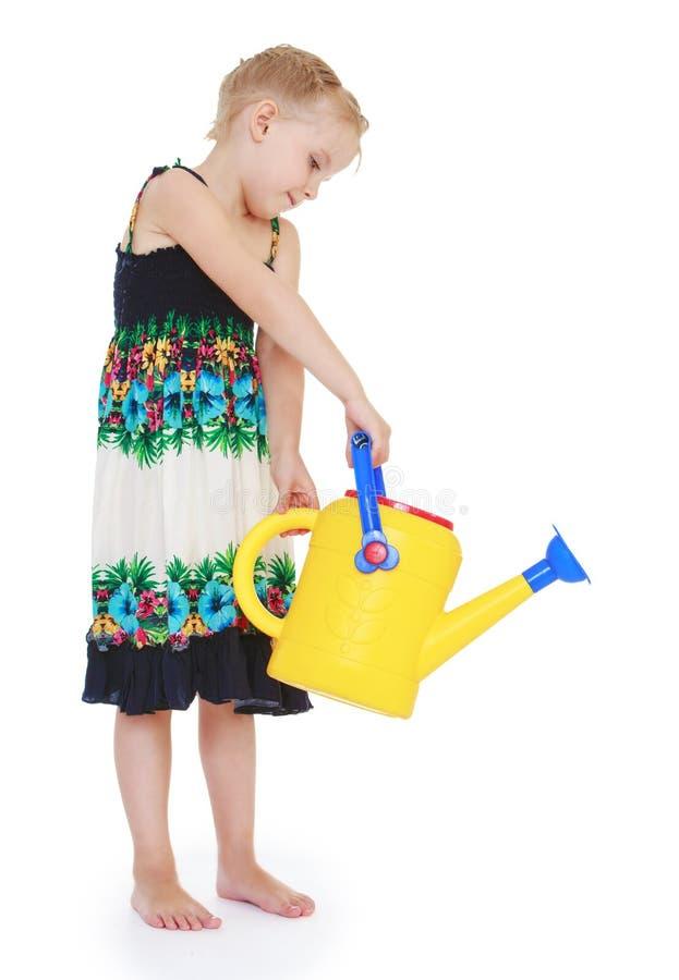 夏天丝绸长的礼服的小女孩从庭院 图库摄影