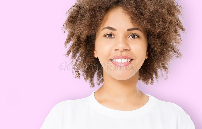夏天乐趣时间 年轻美丽的深色的深色皮肤的妇女画象有在桃红色背景隔绝的卷发的 女孩微笑 库存照片