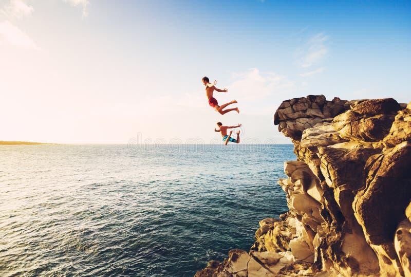 夏天乐趣,峭壁跳跃 库存照片