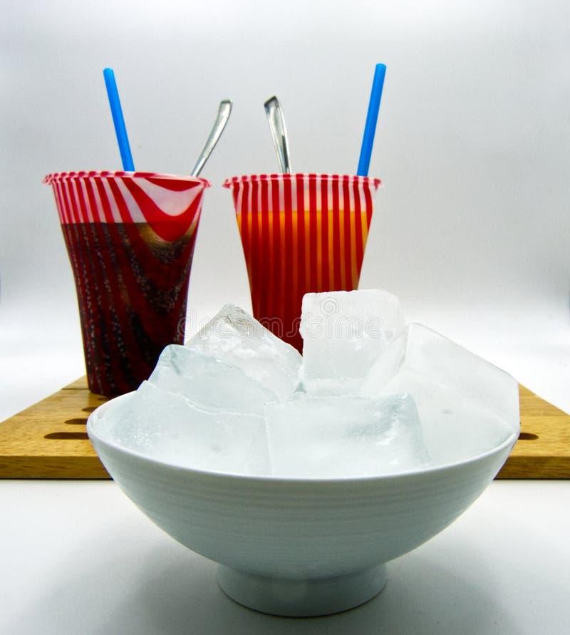 夏天五颜六色的冻结的饮料,在瓶子的冰块,白色背景 库存照片