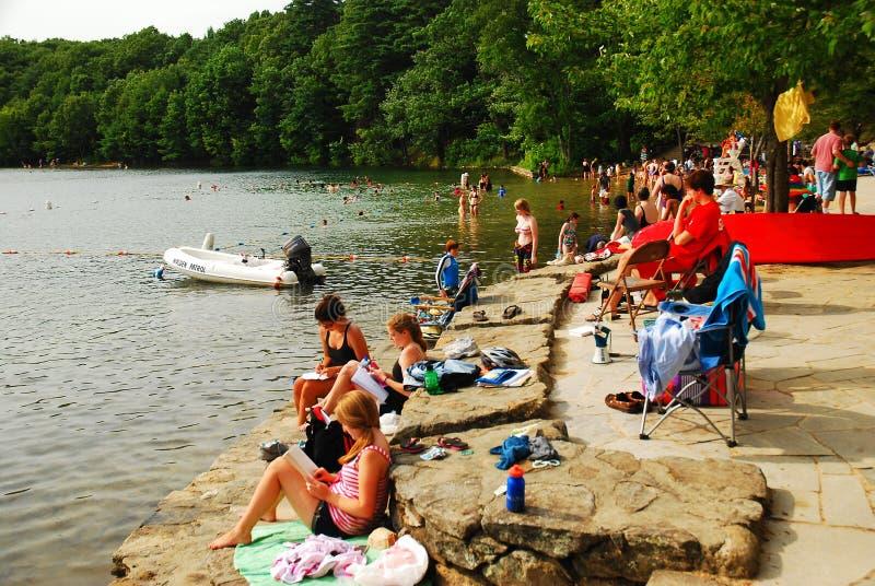 夏天人群在马萨诸塞享用瓦尔登湖OPond 免版税库存照片