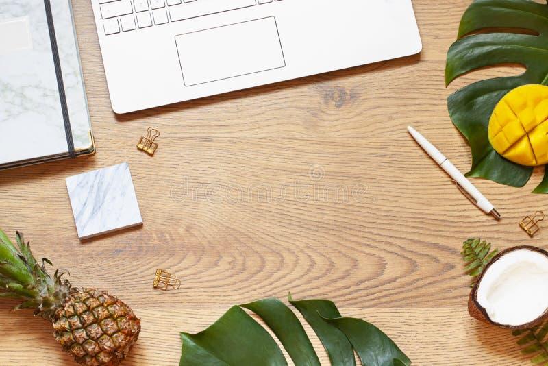 夏天企业或假期概念舱内甲板放置与热带叶子在葡萄酒木背景 r 免版税图库摄影