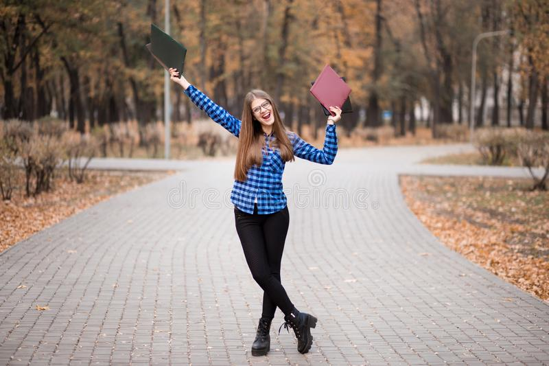 夏天休假、教育、校园和少年概念-黑镜片的微笑的女生 免版税库存图片