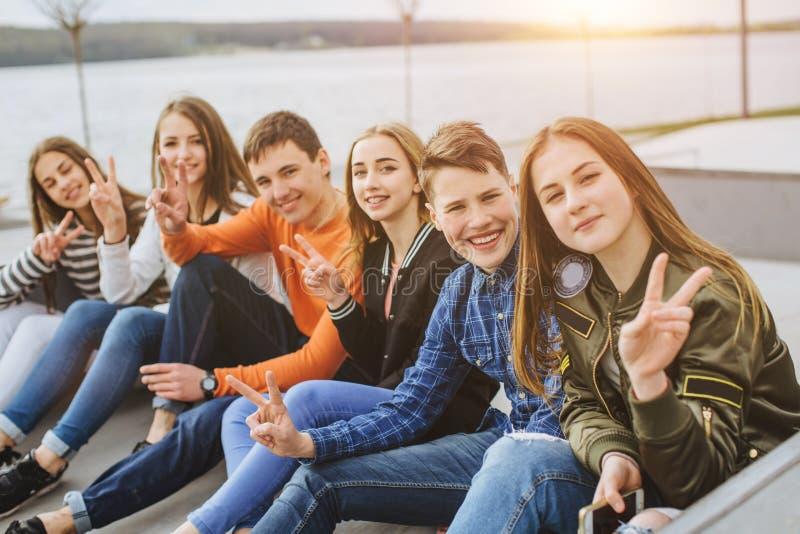 夏天休假和少年概念-小组微笑的少年 图库摄影