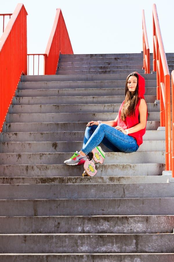 夏天体育 凉快的女孩溜冰者骑马滑板 免版税库存图片