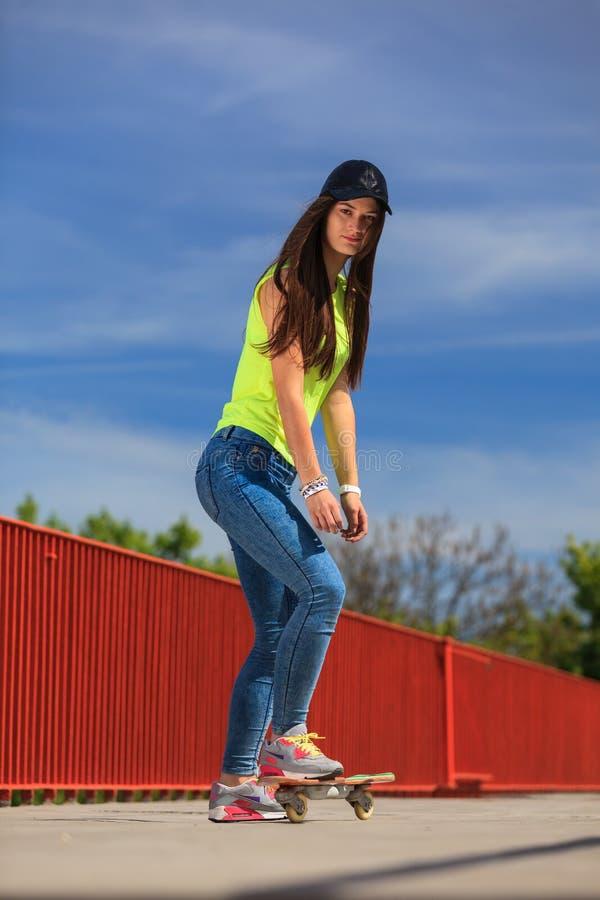 夏天体育 凉快的女孩溜冰者骑马滑板 免版税图库摄影