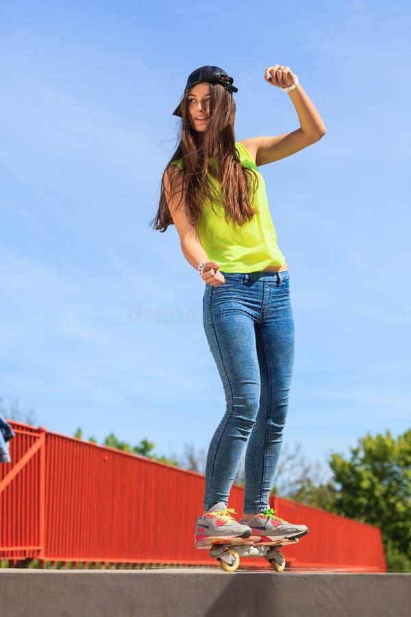 夏天体育 凉快的女孩溜冰者骑马滑板 免版税库存照片