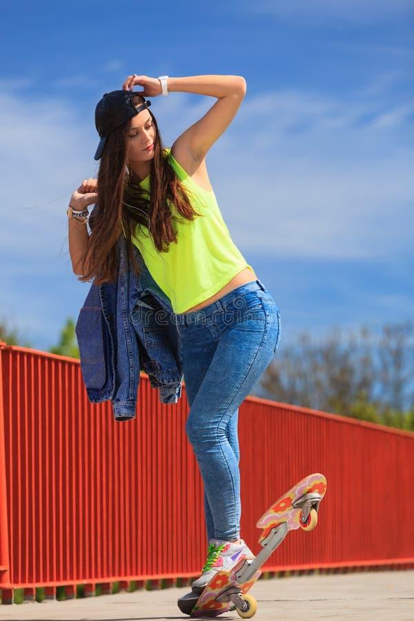 夏天体育 凉快的女孩溜冰者骑马滑板 库存照片
