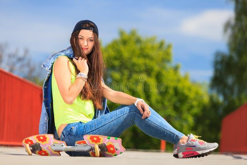 夏天体育 有滑板的凉快的女孩溜冰者 免版税库存照片