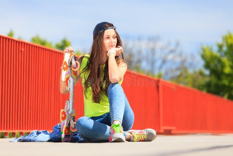 夏天体育 有滑板的凉快的女孩溜冰者 库存图片