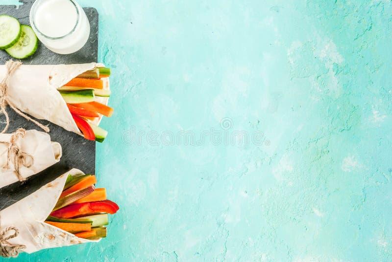 夏天健康快餐,墨西哥样式玉米粉薄烙饼三明治包裹asso 免版税库存图片