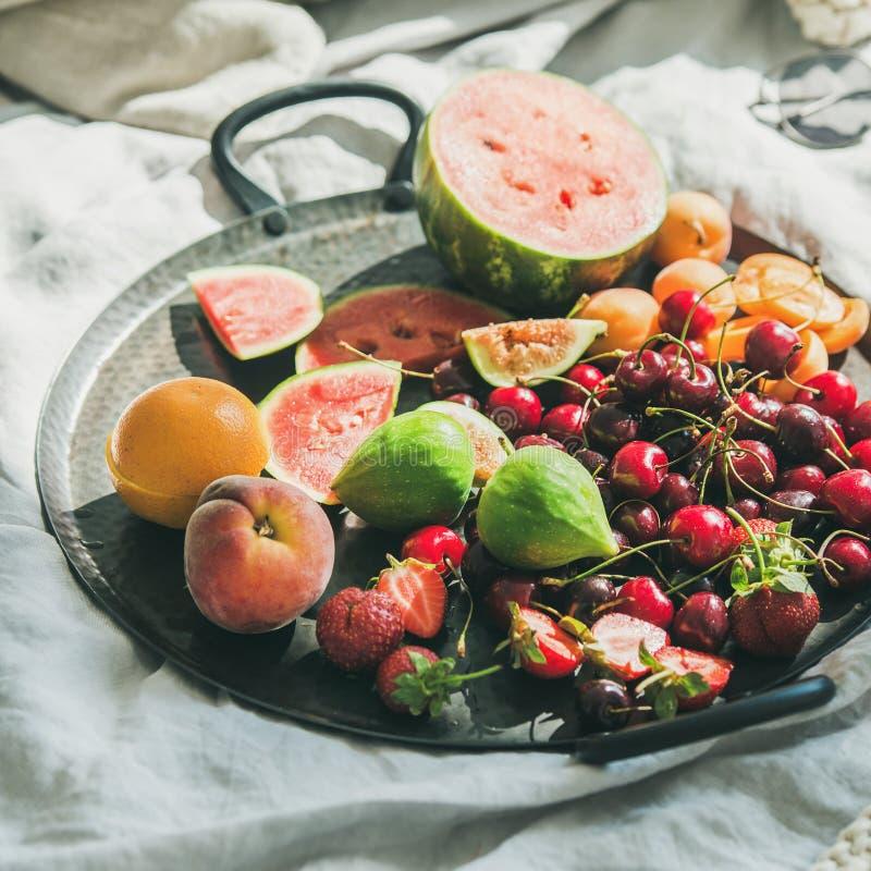 夏天健康未加工的素食主义者干净的吃早餐,方形的庄稼 免版税库存图片
