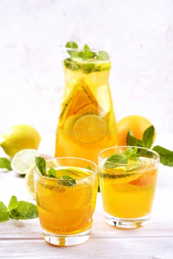 夏天健康非酒精鸡尾酒,柑橘灌输了水饮料,柠檬水用石灰柠檬或橙色,饮食戒毒所饮料 库存照片
