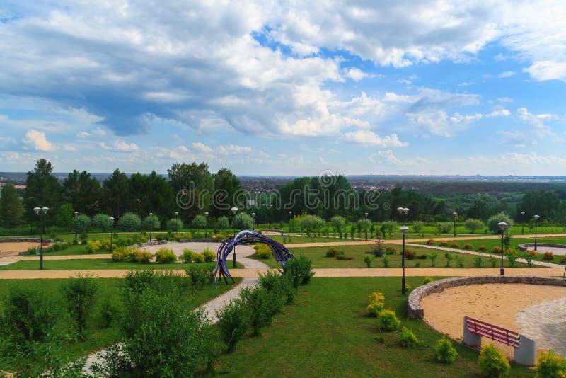 夏天公园和天空 免版税库存照片