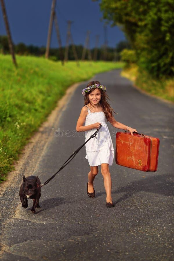 夏天冒险-有狗的少女 免版税图库摄影