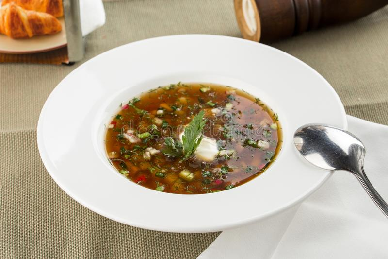 夏天冷的汤okroshka用萝卜、黄瓜和莳萝在木桌上 库存照片