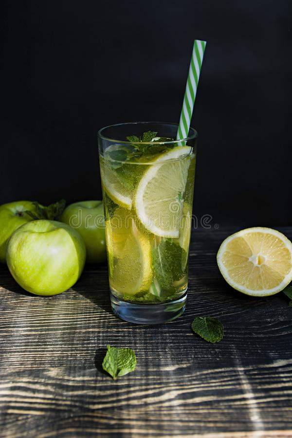 夏天刷新的柠檬水用薄菏 r o 库存图片