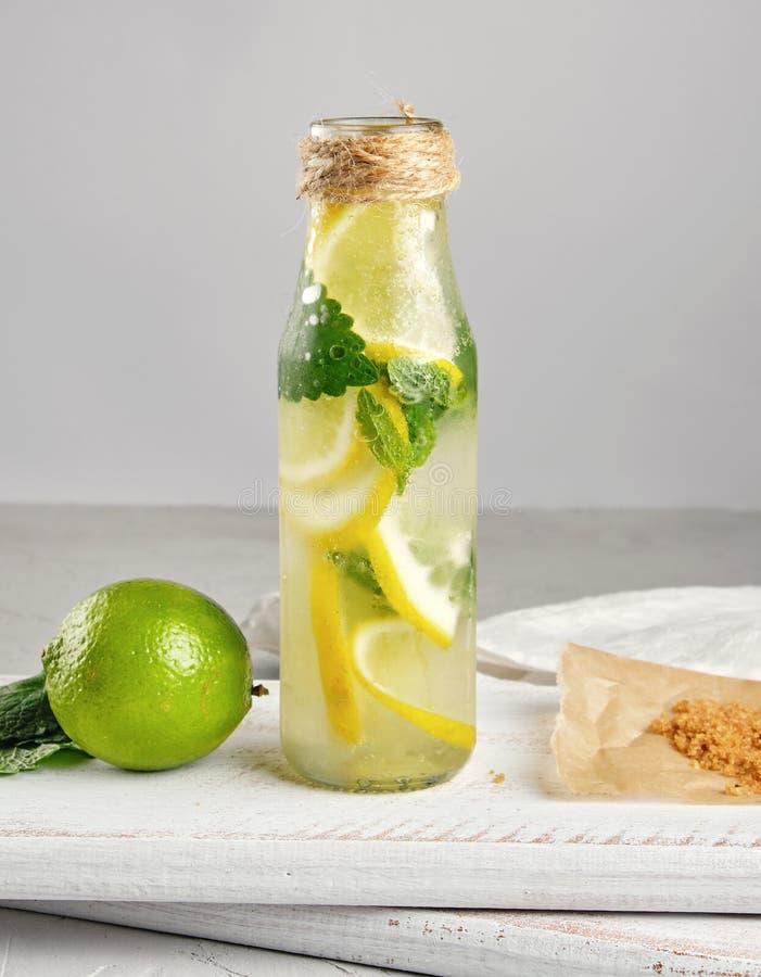 夏天刷新的饮料柠檬水用柠檬 库存照片