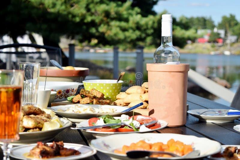 夏天午餐外部在瑞典 免版税库存照片