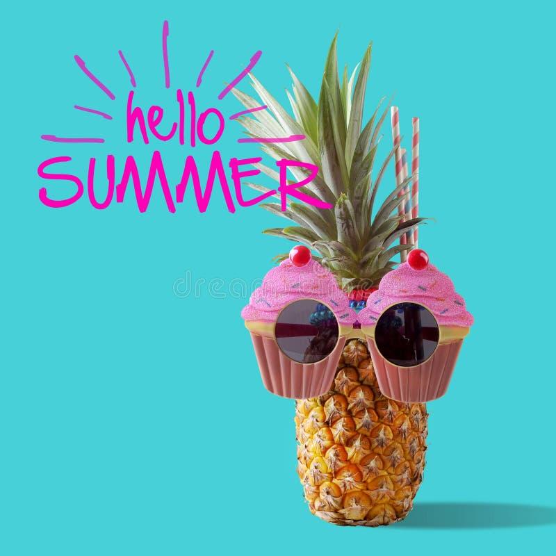 夏天和假日概念 行家菠萝时装配件 免版税库存图片