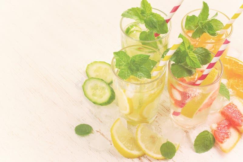 夏天喝与冰、薄菏和柑橘,拷贝空间, tinte的水 免版税库存图片